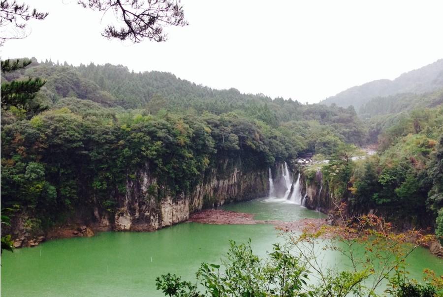 雨の日は迫力倍増。伝説が残る「ままこ滝」を見よう1