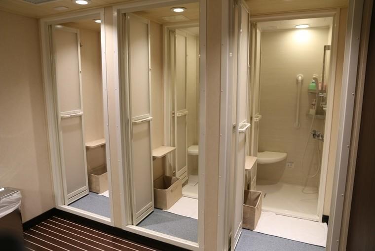 快適な大浴場とシャワールーム1
