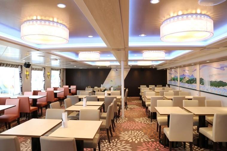 広々したレストラン、充実した和洋中のメニュー1