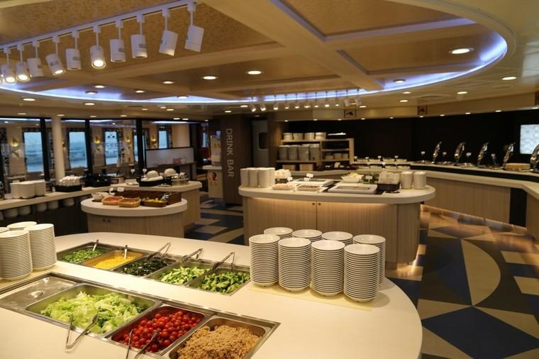 広々したレストラン、充実した和洋中のメニュー5