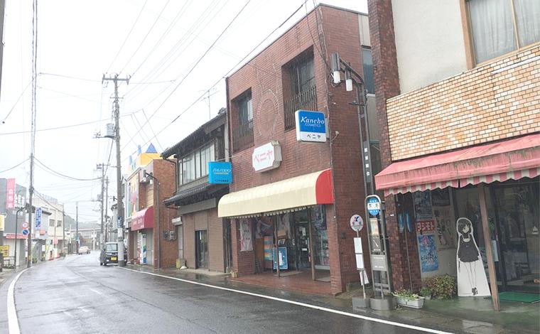昭和レトロな雰囲気の漂う商店街と、漁港町の路地1