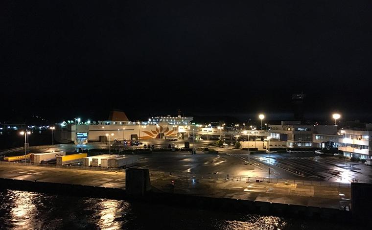 いよいよ出港。離れていく大洗の港の光を楽しみます1