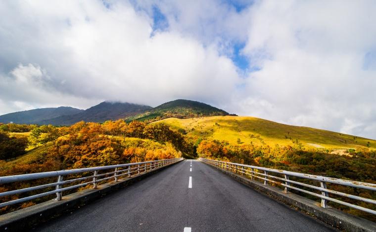 日本百名道のひとつ阿蘇「やまなみハイウェイ」の絶景を楽しむ1
