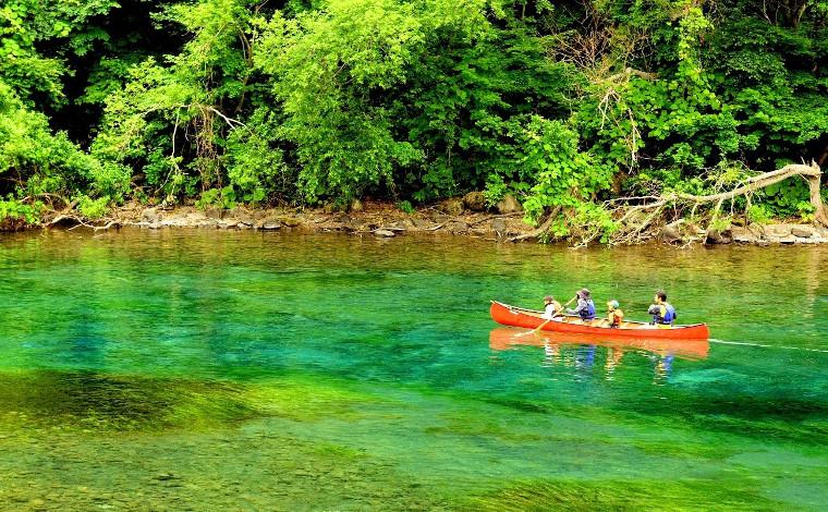 透明度抜群の支笏湖でカヌー体験1