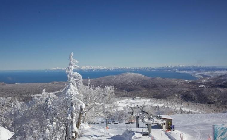山頂から小樽の街並みや海を見下ろせる「札幌国際スキー場」1