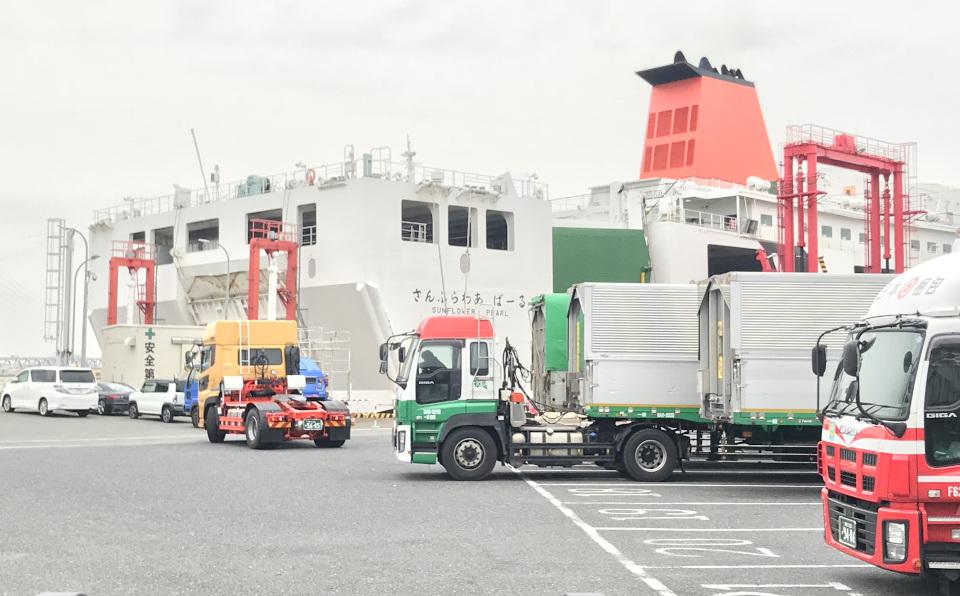 大型貨物トラックを大量に運ぶことで物流を支える「さんふらわあ」