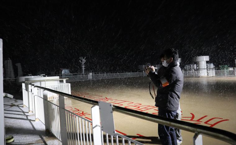 夜半には雪が。寒さに耐えながらデッキで速度計測。