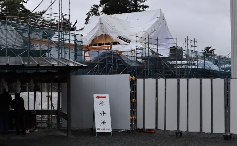 仮参拝所から垣間見える工事の様子