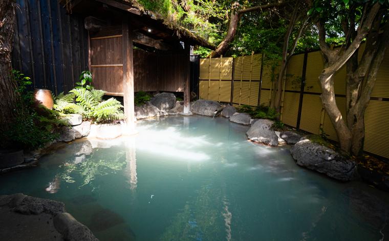 美里の露天風呂(エメラルドグリーン)