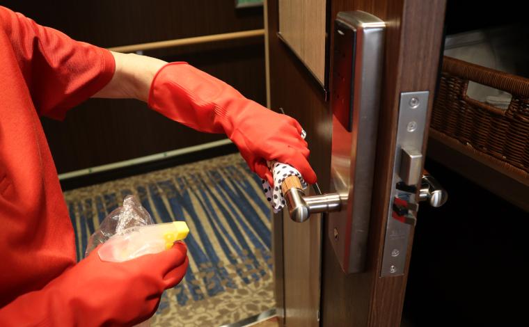 人が触れる箇所は念入りに消毒作業。