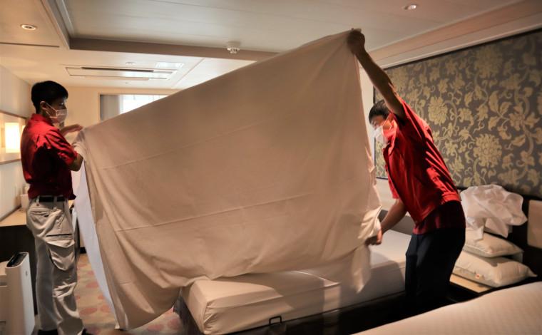 シーツ交換などのベッドメイクは男性2名がかり。