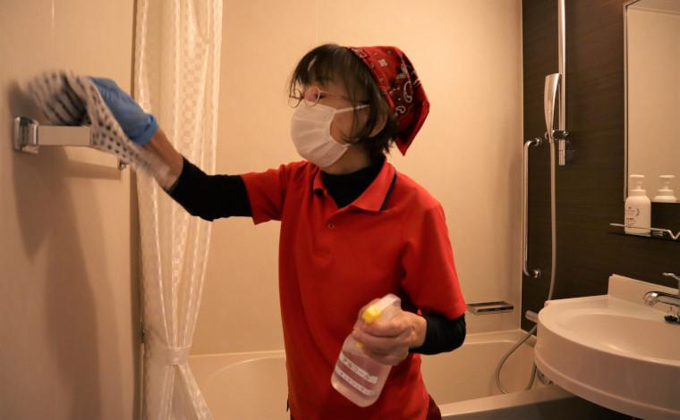 個室のバスルーム清掃・消毒も丁寧に、確実に行います。