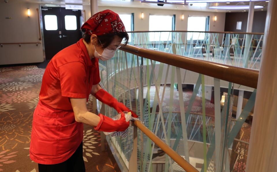「さんふらわあ」の船内を清潔に保つスタッフ