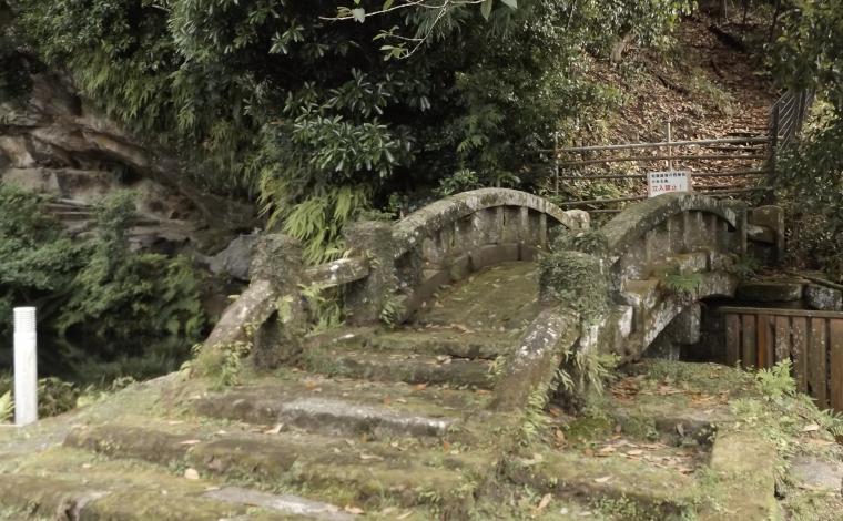旧境内跡に仁王像や下馬札などが残る宝満寺