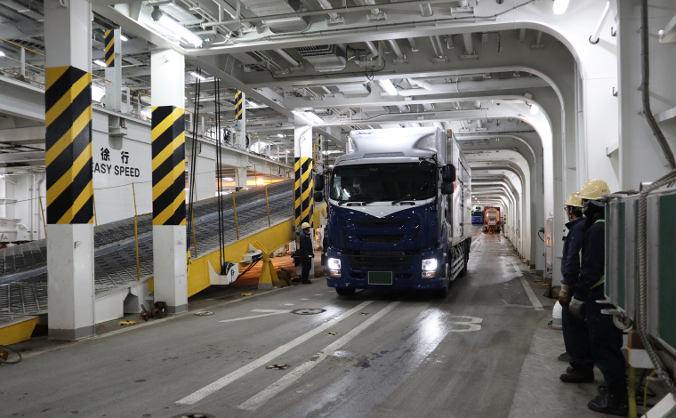 車両甲板内を誘導されるトラック