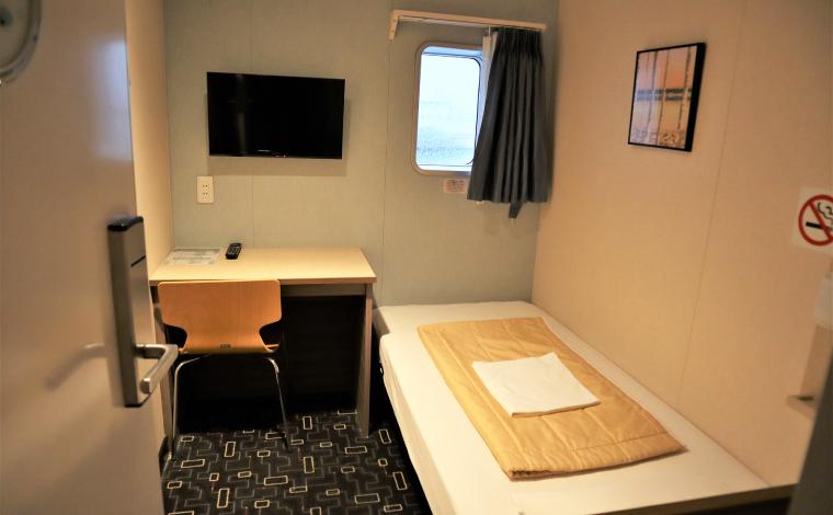 ベッド、テレビ、机、イスが備え付けられたドライバーズルーム。左舷側の部屋は窓付きです