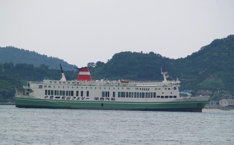 松山観光港の沖に停泊する関西汽船時代の「フェリーくるしま」