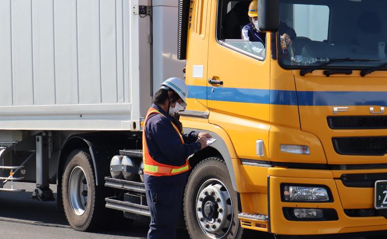 トレーラーヘッドのドライバーさんには、積み込む貨物(トレーラーシャーシ)の順番などの連絡も行います。