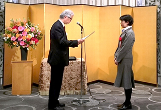 MOL representative receives the Award of Merit from Executive Committee Chairman Ryoichi Yamamoto at the awards ceremony.