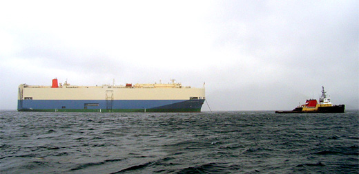 """曳航が開始されたCOUGAR ACE  自動車運搬船""""COUGAR ACE"""""""
